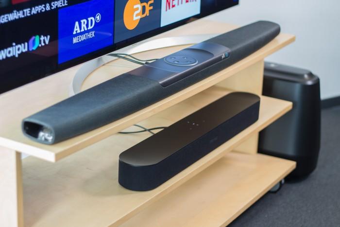 Oben Polks Command Bar mit dem externen Subwoofer, daneben und direkt darunter die kompaktere Beam von Sonos (Bild: Martin Wolf/Golem.de)