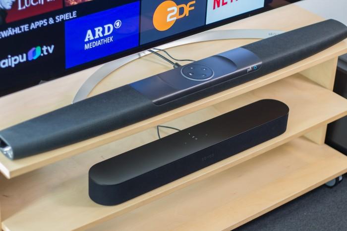 Oben Polks Command Bar und direkt darunter die kompaktere Beam von Sonos (Bild: Martin Wolf/Golem.de)