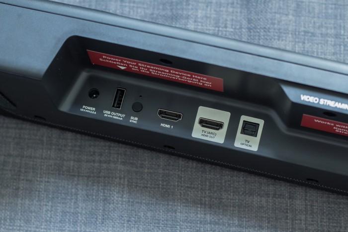 An die Command Bar können parallel drei Zuspielgeräte angeschlossen werden, das HDMI-Signal wird durchgeleitet. (Bild: Martin Wolf/Golem.de)