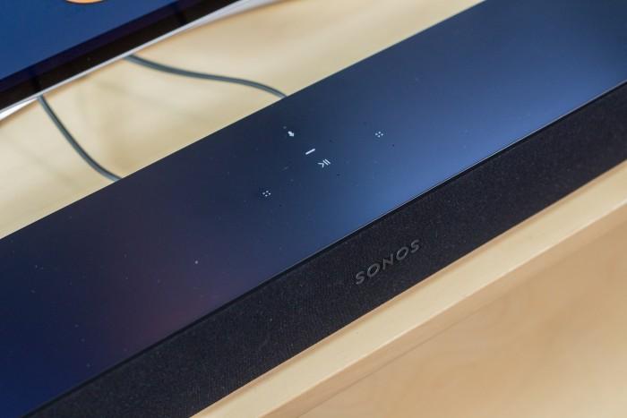 Die gesamte Oberseite der Beam-Soundbar spiegelt das Fernsehbild deutlich erkennbar. (Bild: Martin Wolf/Golem.de)