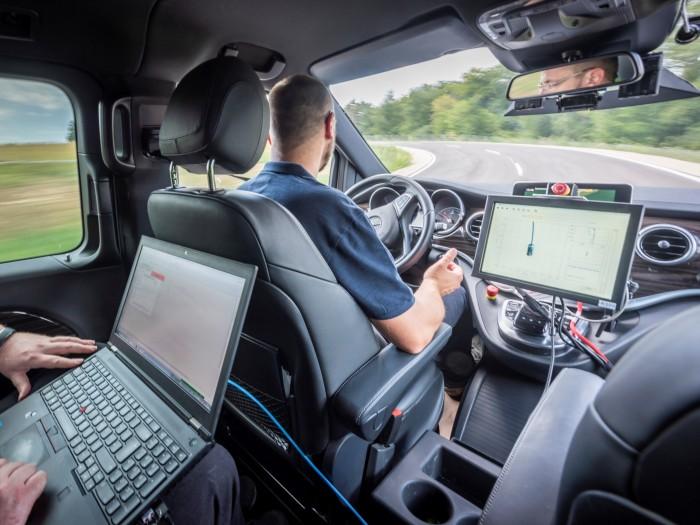 Auf der Teststrecke in Immendingen lassen die Entwickler die Autos selbstständig fahren. (Bild: Daimler)