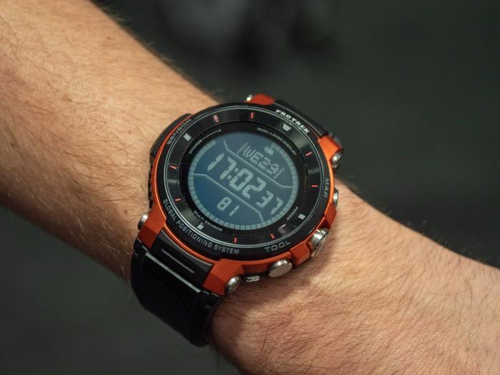 Die Casio WSD-F30 ist eine große Outdoor-Smartwatch, die wie ihre Vorgänger über ein zweites LC-Display verfügt. (Bild: Martin Wolf/Golem.de)