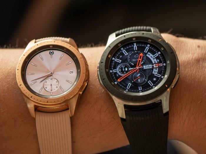 Die Galaxy Watch kommt in zwei Größen auf den Markt: in 42 mm (links) und 46 mm (rechts). (Bild: Christoph Böschow/Golem.de)
