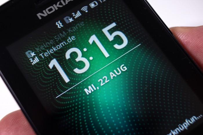 Der Ruhebildschirm des Nokia 8110 4G (Bild: Martin Wolf/Golem.de)