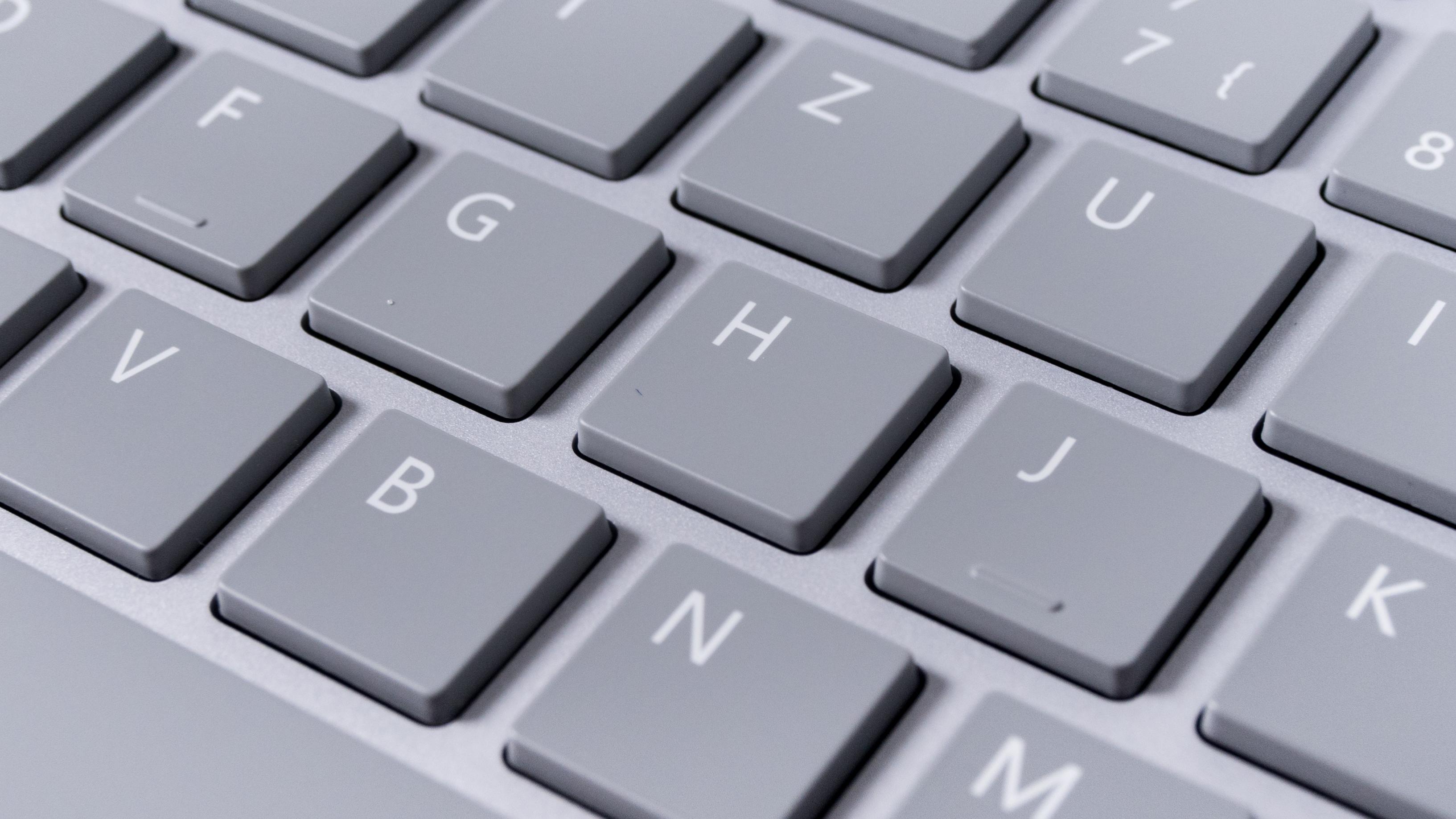 Microsoft Modern Keyboard im Test: Die Suche nach dem Lieblingsschreibinstrument - Markierungen an den Tasten F und J (Bild: Oliver Nickel/Golem.de)