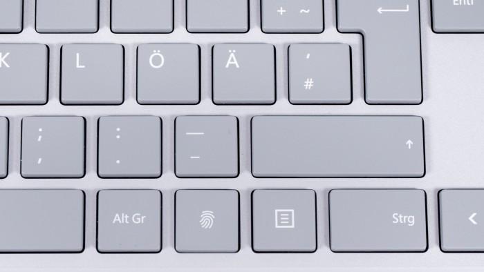 Der Fingerabdrucksensor ersetzt die rechte Windows-Taste. (Bild: Oliver Nickel/Golem.de)