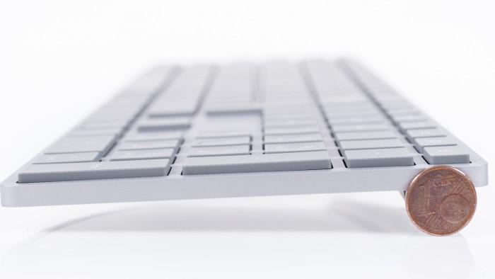 Die Tastatur ist kaum höher als ein Centstück. (Bild: Oliver Nickel/Golem.de)