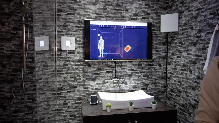Vayyar Haus besteht nur aus der kleinen Box rechts neben dem Monitor. Auf diesem werden auf dem Messestand des Herstellers die Sensorendaten visualisiert. Die Zusatzantenne rechts im Bild ist im Heimgebrauch nicht nötig. (Bild: Christoph Böschow/Golem.de)