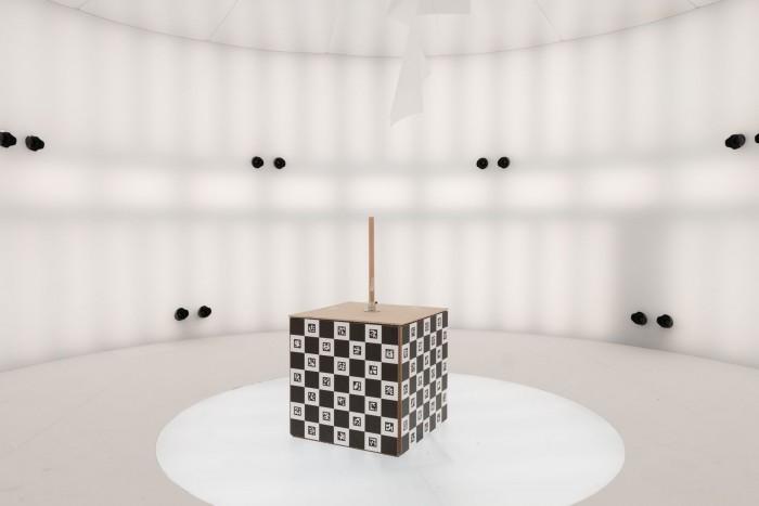 Was ist ein volumetrisches Studio? Da stellen wir uns mal ganz dumm und sagen: Das ist ein großer, runder, weißer Raum. (Bild: Werner Pluta/Golem.de)