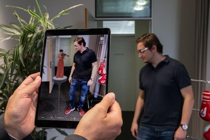 Wo ist die Geigerin denn nur? Für AR-Anwendungen auf mobilen Geräten ist die Auflösung geringer als für VR-Experiences, die mit HMD erkundet werden. (Bild: Werner Pluta/Golem.de)