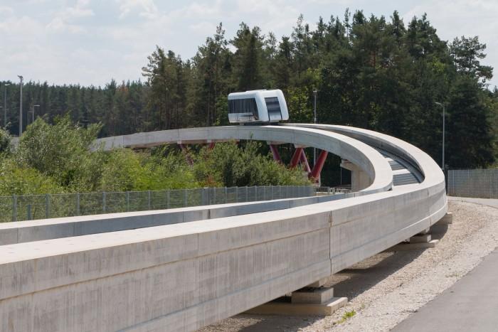 Der Fahrweg ist filigraner als der des Transrapid ... (Bild: Werner Pluta/Golem.de)