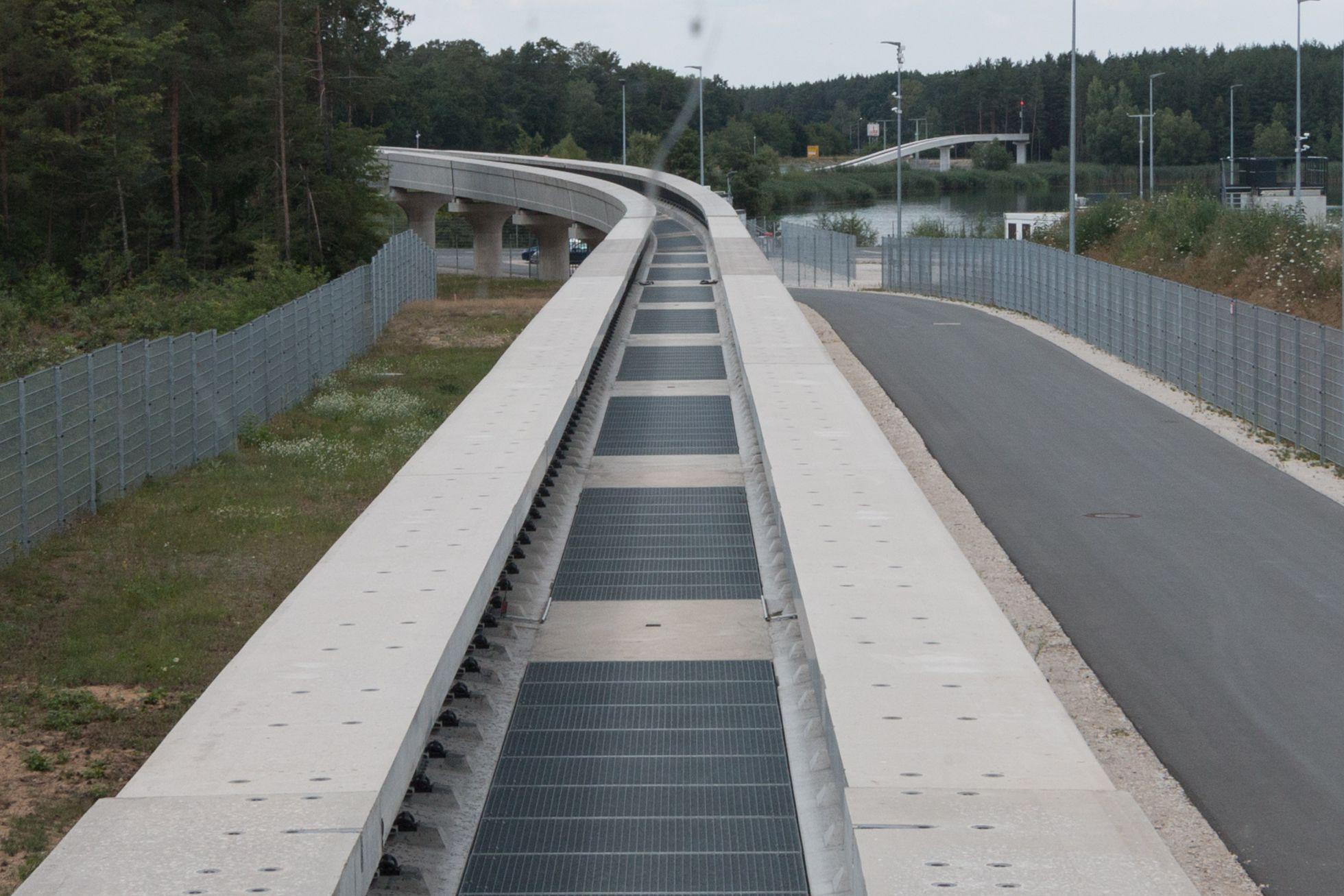Transport System Bögl: Bundesregierung testet Magnetschwebebahn - Das System unterscheidet sich stark vom Transrapid. So umfasst die Trasse das Fahrzeug, nicht umgekehrt. (Bild: Werner Pluta/Golem.de)