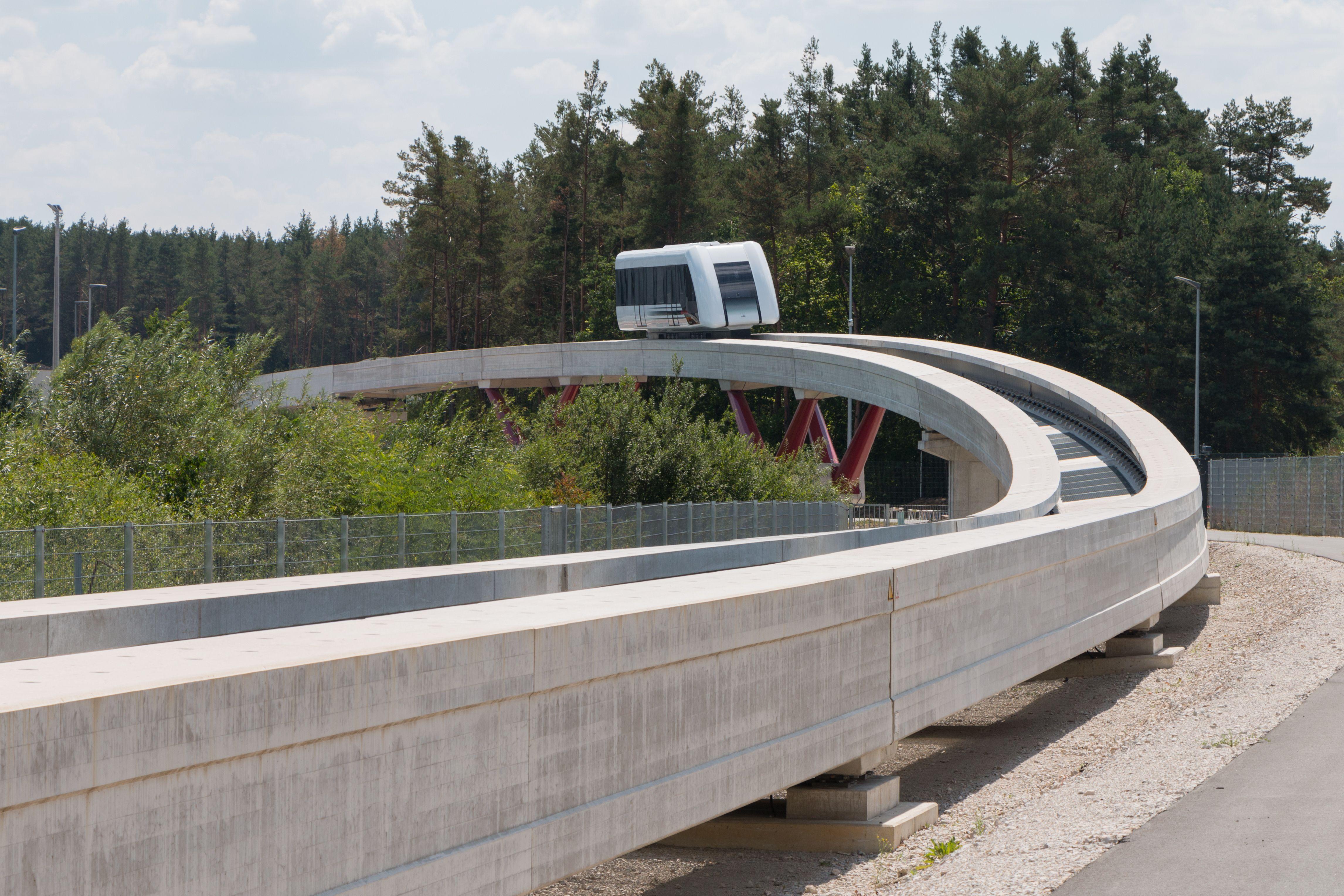 Bayern: Max Bögl baut eine Magnetschwebebahn für den ÖPNV - Der Fahrweg ist filigraner als der des Transrapid ... (Bild: Werner Pluta/Golem.de)