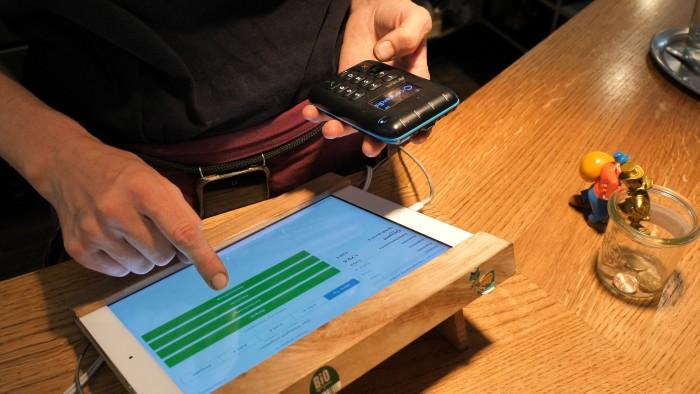 Die Mehrzahl der Kartenterminals in Deutschland akzeptiert mittlerweile kontaktlose Zahlungen. (Bild: Martin Wolf/Golem.de)