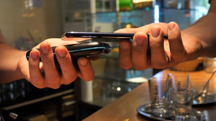 Zum Bezahlen halten wir unser angeschaltetes Smartphone einfach an das Terminal. (Bild: Martin Wolf/Golem.de)