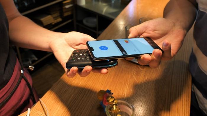 Mit Google Pay und einer hinterlegten Kreditkarte von N26 funktioniert das Zahlen problemlos. (Bild: Martin Wolf/Golem.de)