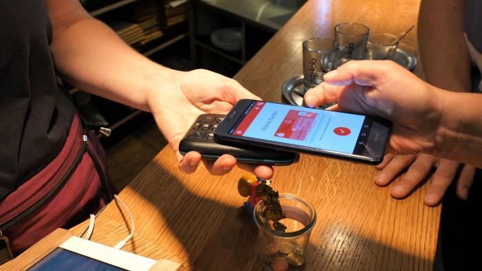 Auch die Sparkassen-App Mobiles Bezahlen hat das Terminal sofort erkannt. (Bild: Martin Wolf/Golem.de)