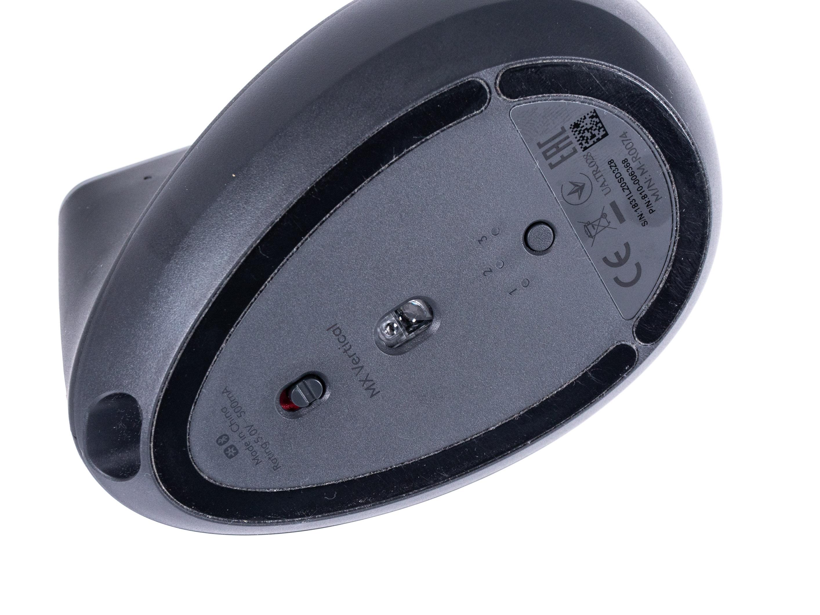 Logitechs MX Vertical im Test: So teuer muss eine gute vertikale Maus nicht sein - Logitechs MX Vertical hat unten einen Ein-/Ausschalter sowie einen Taster zum Umschalten der Drahtlosverbindungen. (Bild: Martin Wolf/Golem.de)