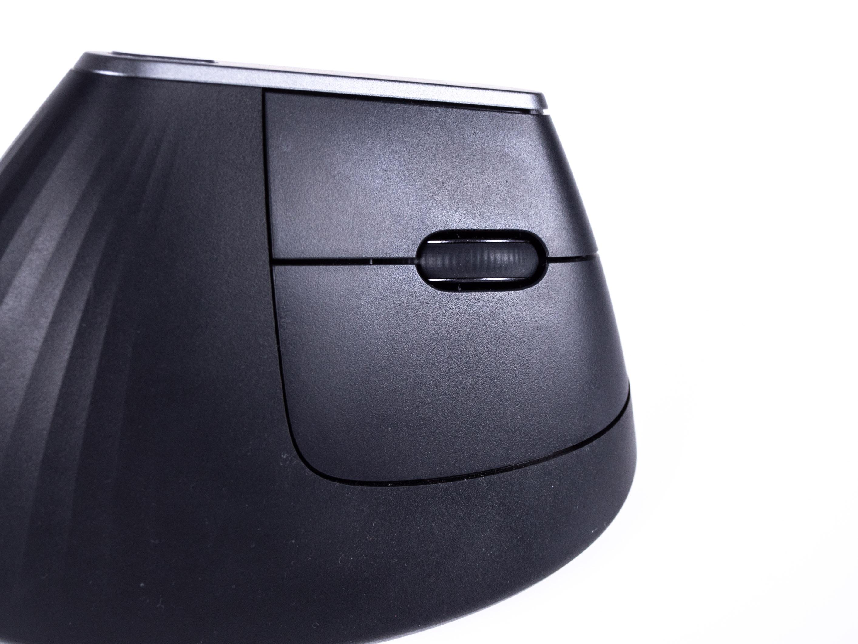 Logitechs MX Vertical im Test: So teuer muss eine gute vertikale Maus nicht sein - Die Basis-Maustasten sind bei der MX Vertical auf der rechten Seite angeordnet. (Bild: Martin Wolf/Golem.de)