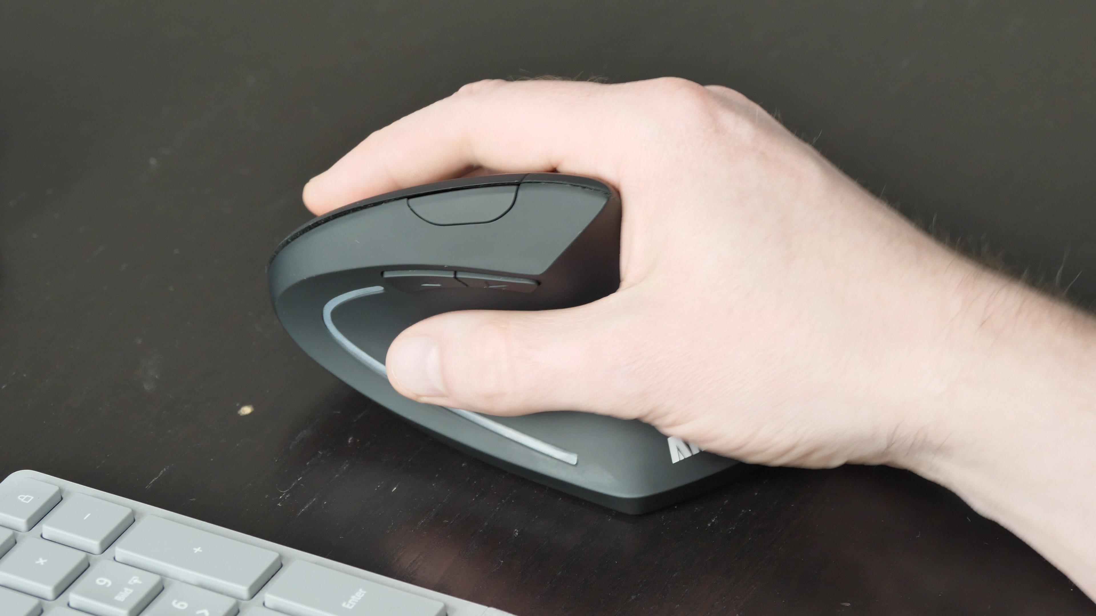 Logitechs MX Vertical im Test: So teuer muss eine gute vertikale Maus nicht sein - Ankers vertikale Maus (Bild: Martin Wolf/Golem.de)