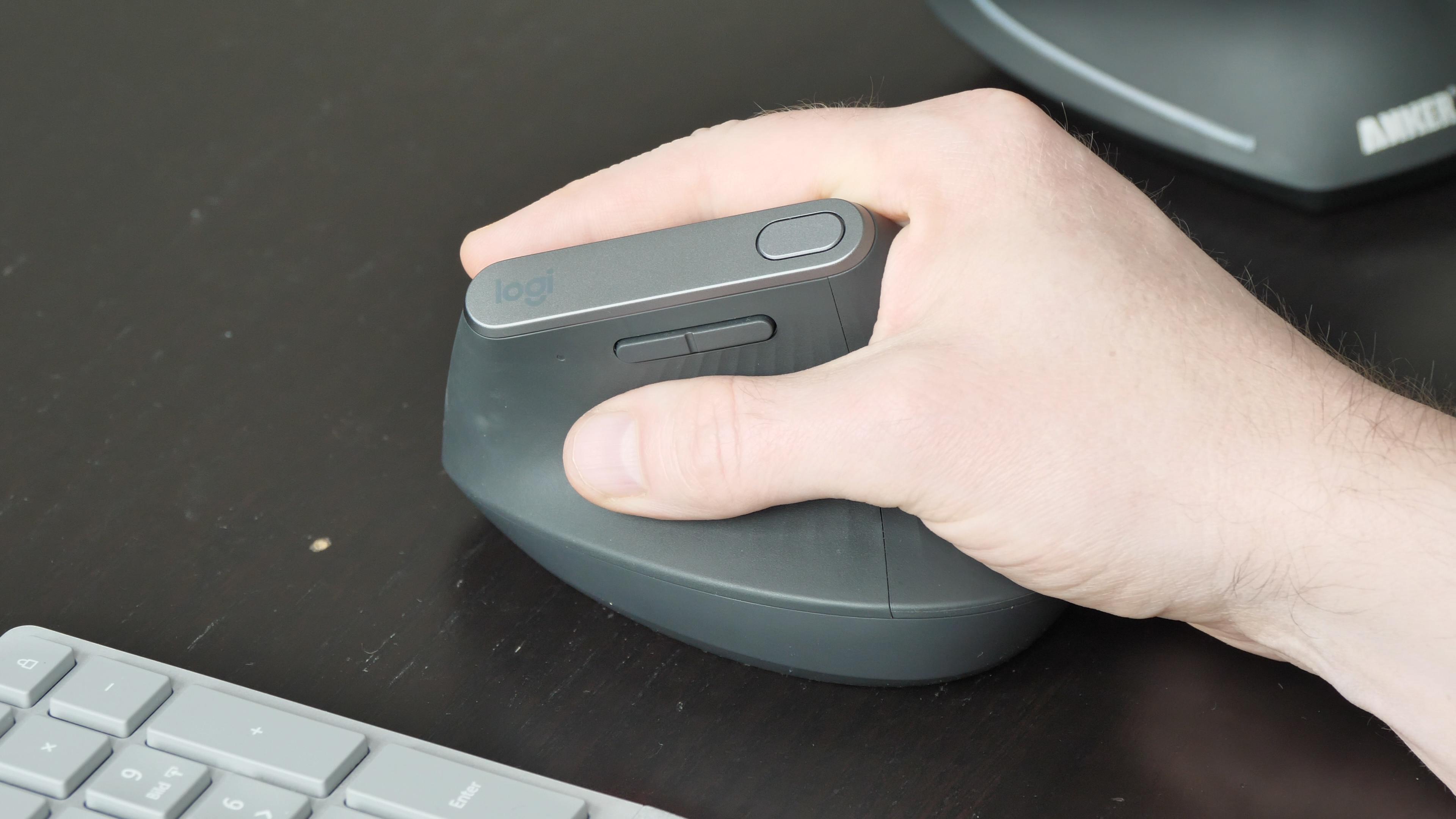Logitechs MX Vertical im Test: So teuer muss eine gute vertikale Maus nicht sein - Logitechs Maus MX Vertikal (Bild: Martin Wolf/Golem.de)