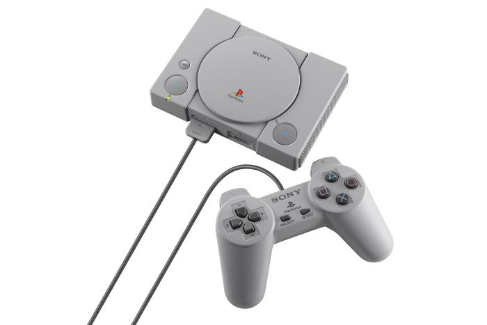 Die Playstation Classic wird mit zwei Controllern ausgeliefert. (Bild: Sony)