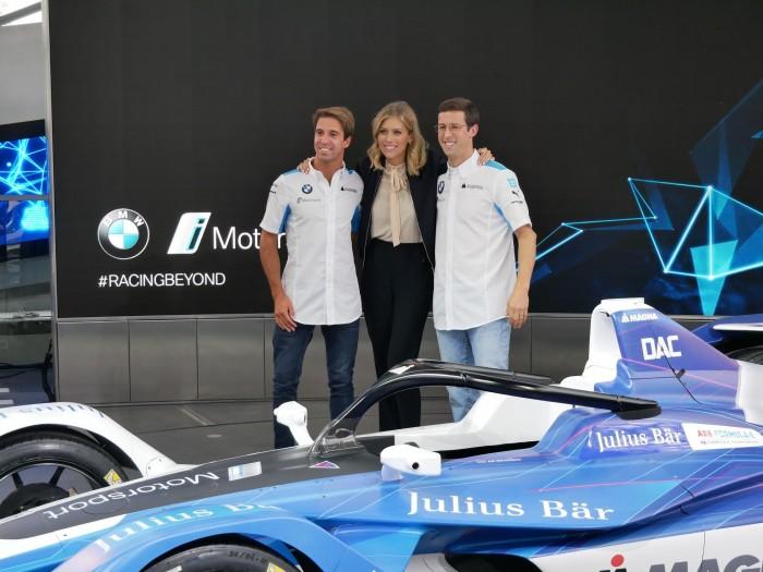 Die beiden Fahrer António Félix da Costa (links) und Alexander Sims mit der britischen TV-Moderatorin Nicki Shields. (Foto: Dirk Kunde)