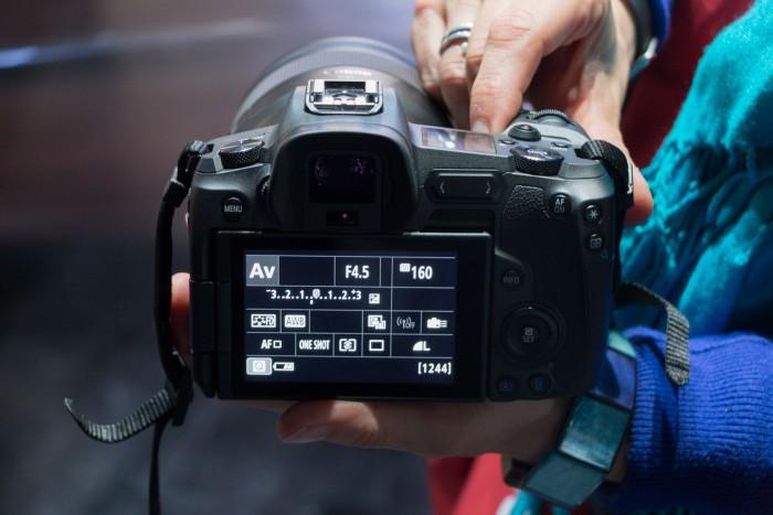 Die Rückseite der EOS R: relativ wenige Bedienelemente und ein Klapp-Schwenk-Display (Bild: Werner Pluta/Golem.de)