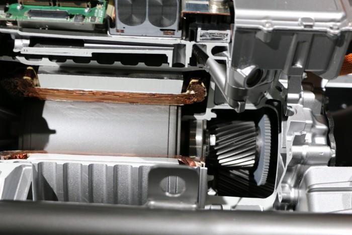 Der Frontmotor (hier aufgeschnitten) ist vor allem für eine effiziente Fahrweise optimiert. (Foto: Friedhelm Greis/Golem.de)
