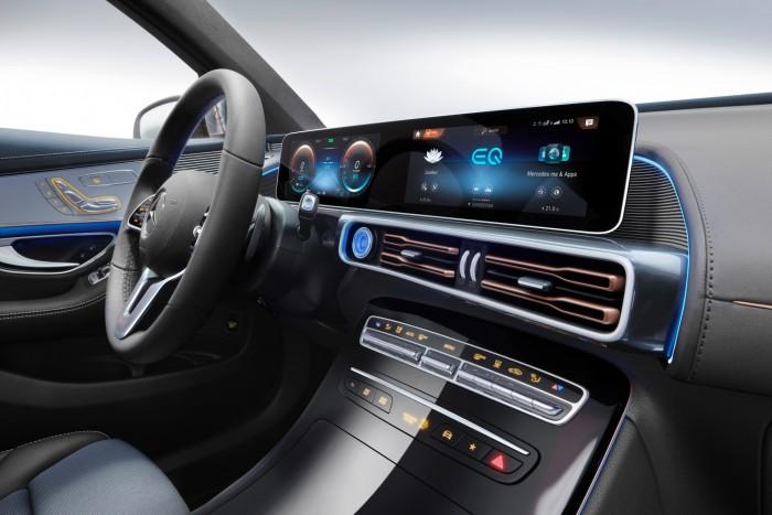 Zwei Displays sind hinter einer gemeinsamen Glasscheibe angebracht. Das rechte Display lässt sich mit den Fingern bedienen. (Foto: Daimler AG)