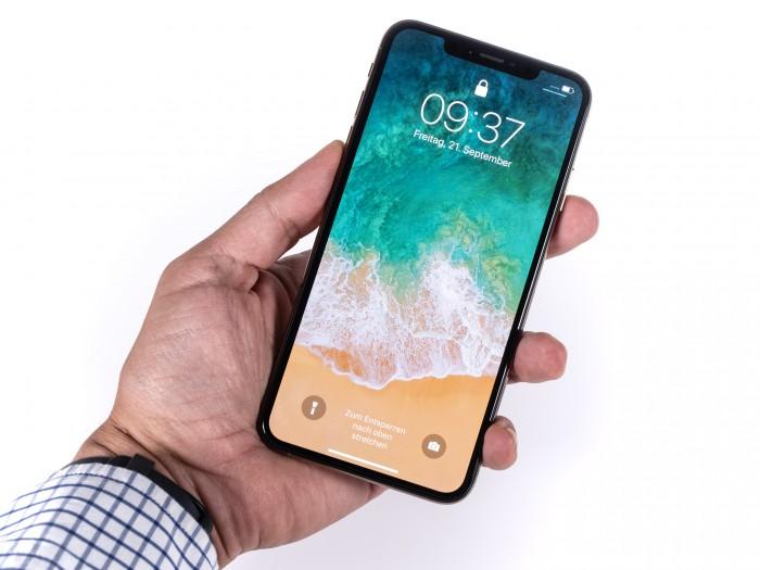 Trotz seiner Displaygröße lässt sich das iPhone Xs Max gut in der Hand halten. (Bild: Martin Wolf/Golem.de)