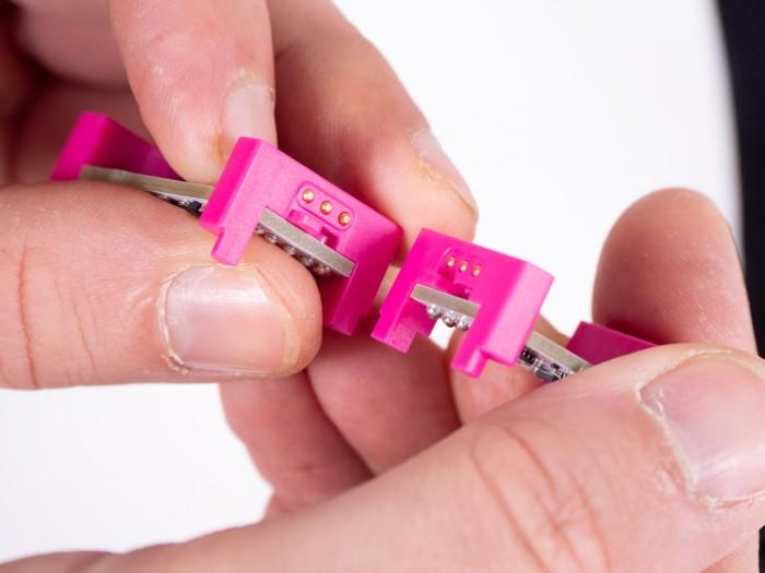 Die Module werden aneinander gedrückt und halten mit Hilfe kleiner Magneten. (Foto: Martin Wolf/Golem.de)