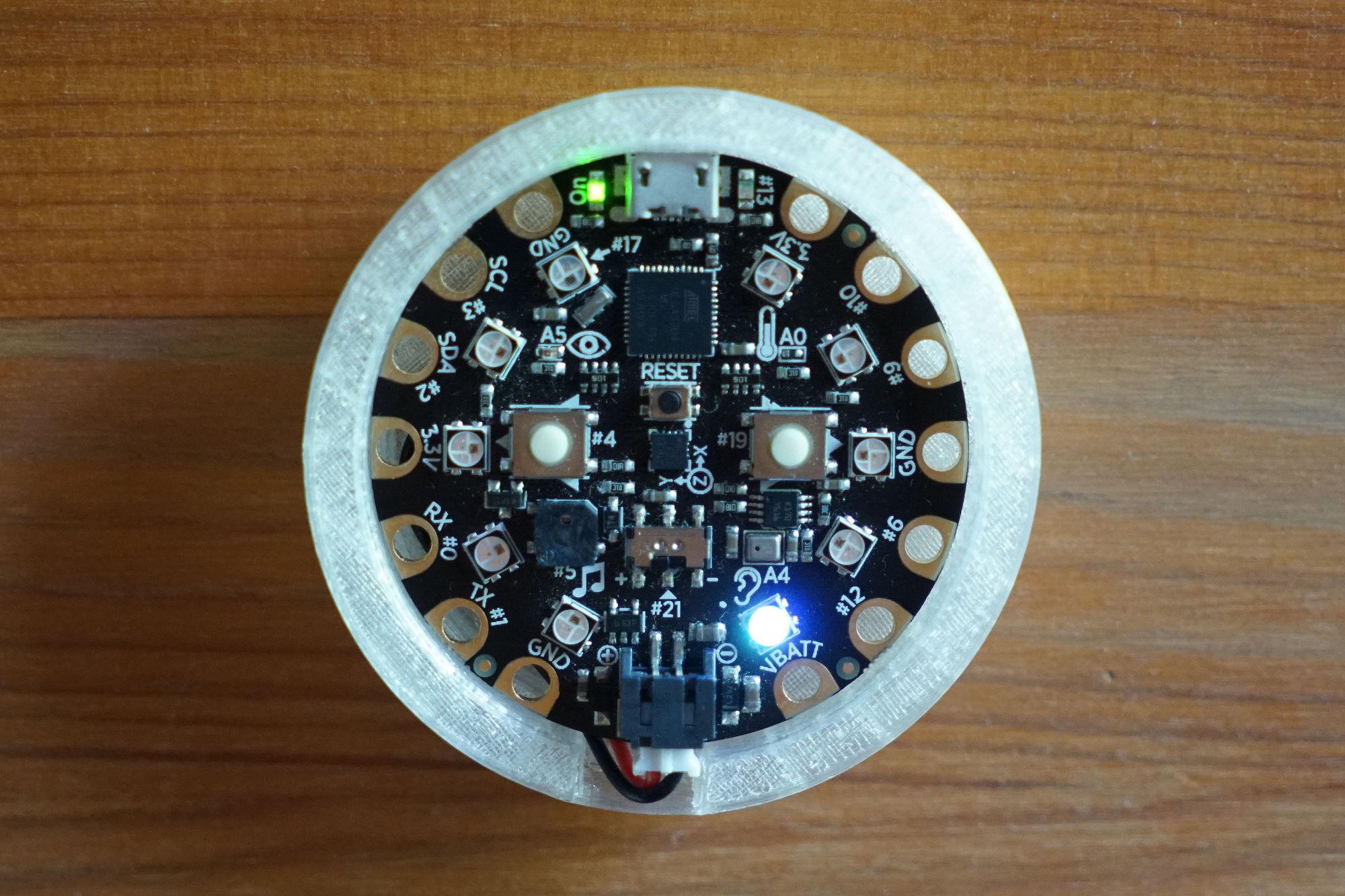 Bewegungssensor auswerten: Mit Wackeln programmieren lernen - Adafruit Playground Circuit  (Bild: Thomas Ell)
