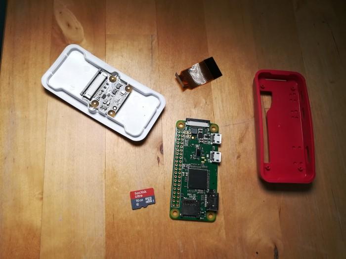 Raspberry Pi Zero W mit Kamera bereits im Gehäuse (Foto: Christopher Bichl)