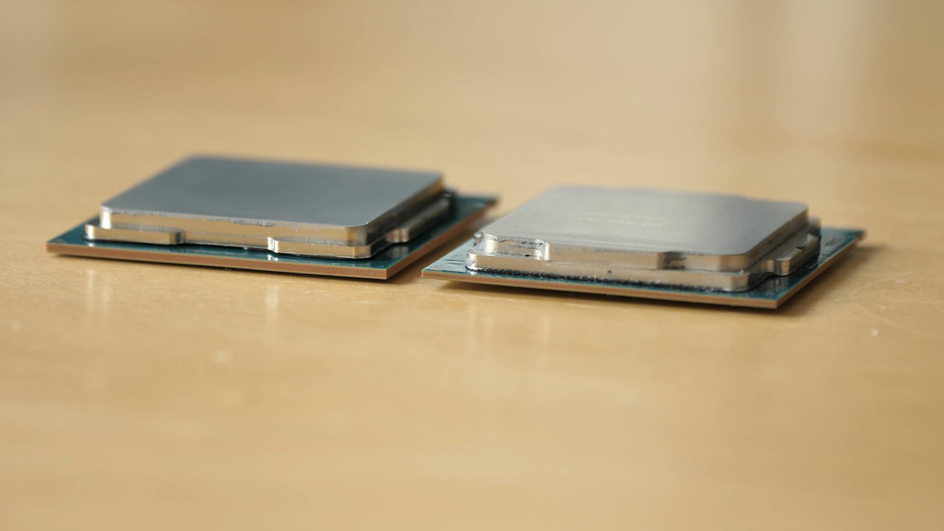 Core i9-9900K im Test: Acht verlötete 5-GHz-Kerne sind extrem - Der Core i9-9900K links hat ein dickeres PCB als der Core i7-8700K rechts. (Bild: Martin Wolf/Golem.de)