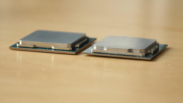 Der Core i9-9900K links hat ein dickeres PCB als der Core i7-8700K rechts. (Bild: Martin Wolf/Golem.de)