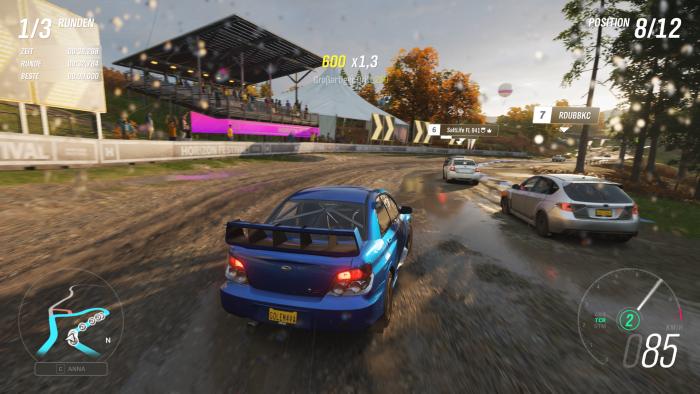 Im Herbst nehmen wir auf einer matschigen Strecke an einem Rennen teil. (Bild: Microsoft/Screenshot: Golem.de)