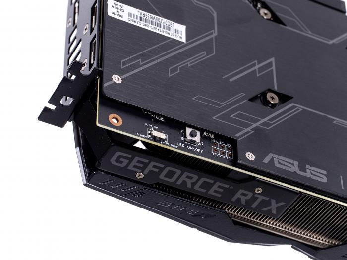 Nahe der Slot-Blende gibt es Schalter für das Dual-BIOS und die Beleuchtung sowie Spannungsmesspunkte. (Bild: Martin Wolf/Golem.de)