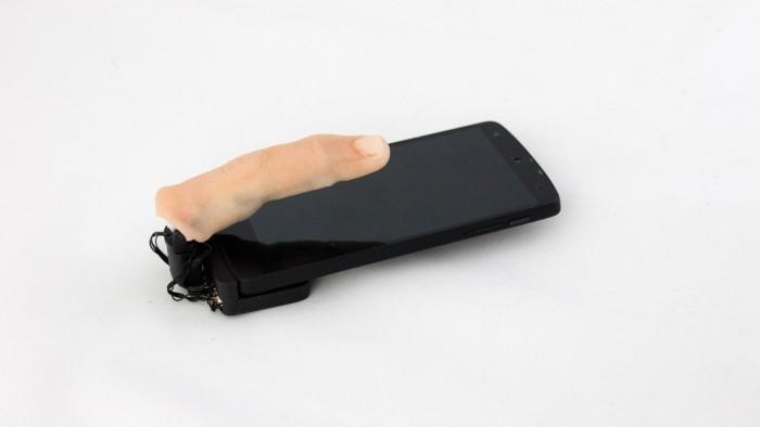 Der Mobilimb-Aufsatz mit dem Finger-Überzug sieht eher gruselig aus. (Bild: Marc Teyssier)