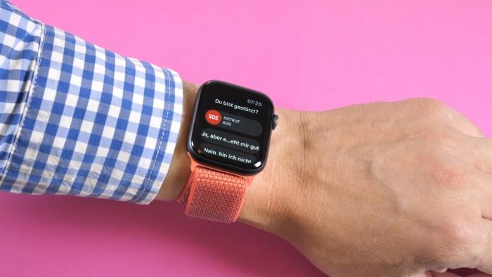 Nach einem Sturz kann die Smartwatch Hilfe rufen. (Bild: Martin Wolf/Golem.de)