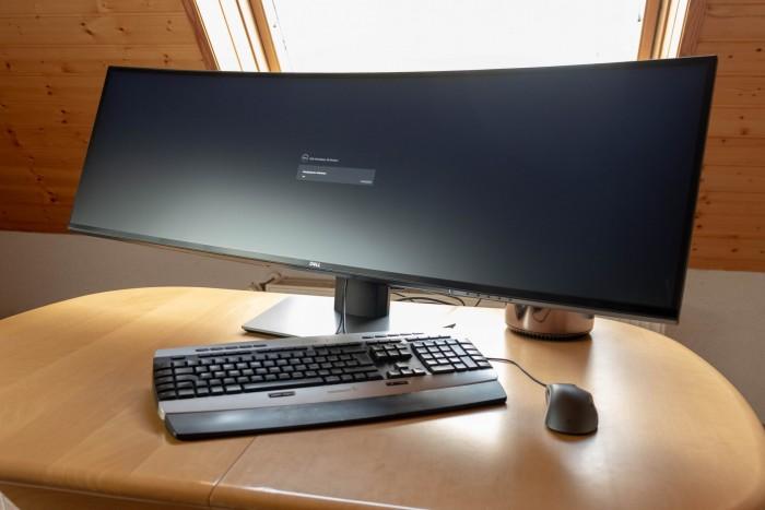 Auf den ersten Blick wirkt der Dell Ultrasharp 49 monströs. (Foto: Michael Wieczorek/Golem.de)