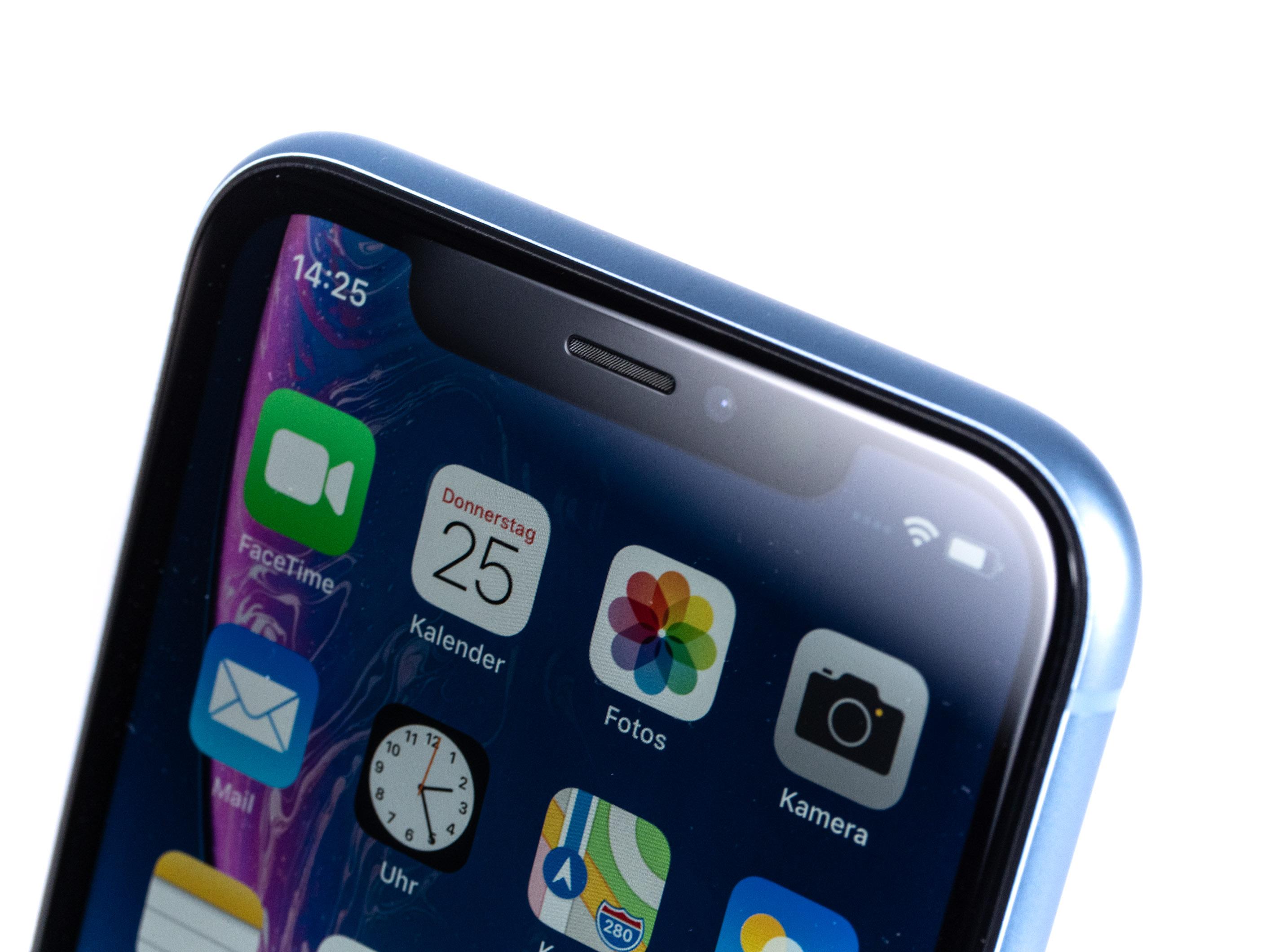 iPhone Xr im Test: Apples günstigeres iPhone ist nicht günstig - Wie die anderen iPhones der X-Reihe hat aus das iPhone Xr eine Notch, in der die Frontkamera und Face-ID-Technik untergebracht sind. (Bild: Martin Wolf/Golem.de)