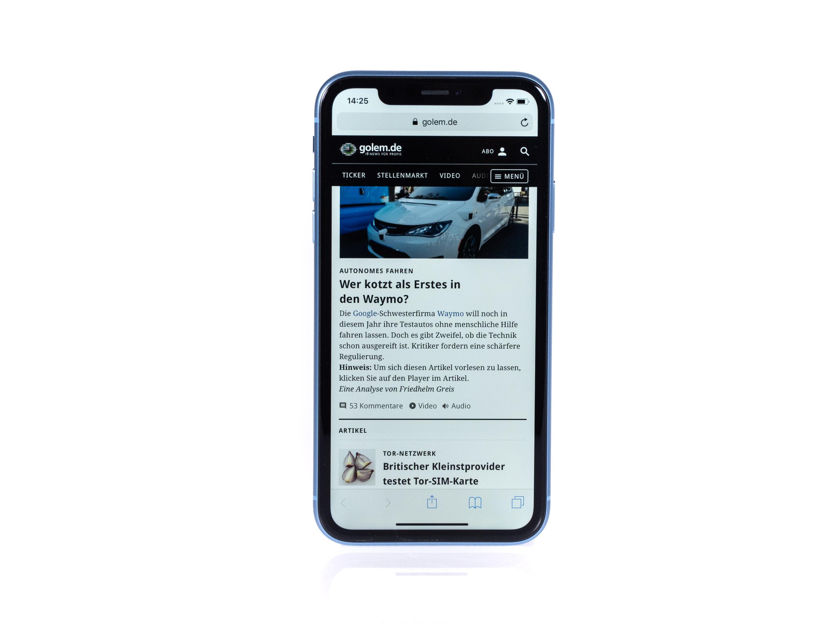 iPhone Xr im Test: Apples günstigeres iPhone ist nicht günstig - Der breitere Rahmen um das Display ist aufgrund der Beleuchtung notwendig. (Bild: Martin Wolf/Golem.de)