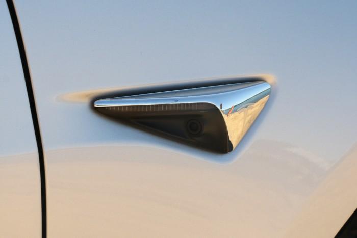 Das Model 3 hat acht Kameras, zwei davon an den beiden vorderen Kotflügeln. (Foto: Friedhelm Greis/Golem.de)