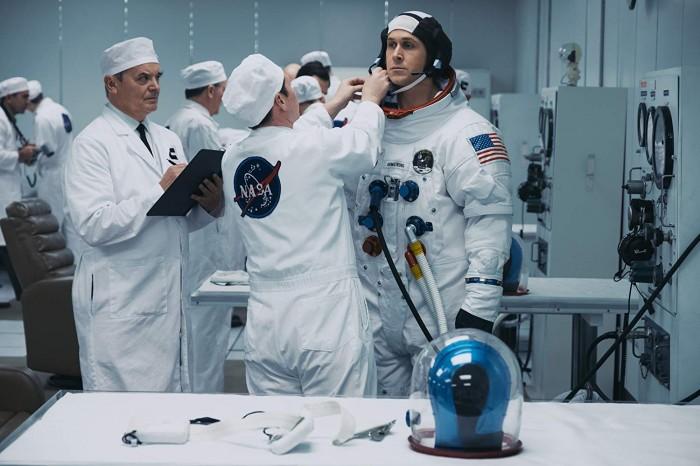 Neil Armstrong wird auf den Einsatz im All vorbereitet. (Bild: Universal Pictures)