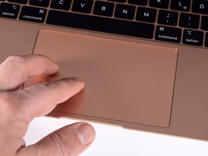 Das Touchpad ist größer geworden. (Bild: Martin Wolf/Golem.de)
