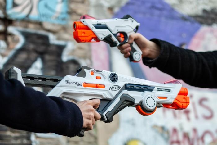 Die beiden Blaster sind unterschiedlich groß. (Bild: Martin Wolf/Golem.de)
