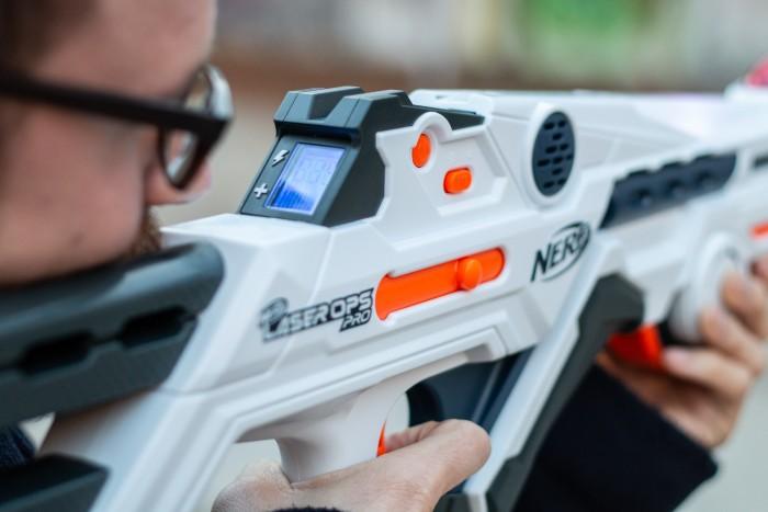 Ein Display zeigt Munition und Lebenspunkte an. Der orangefarbene Verschluss vibriert beim Schießen. (Bild: Martin Wolf/Golem.de)