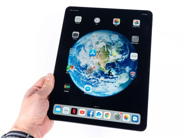 Dank des schmalen Rahmens ist das iPad Pro zwar für ein 12,9-Zoll-Gerät kompakt, aber immer noch sehr groß. (Bild: Martin Wolf/Golem.de)