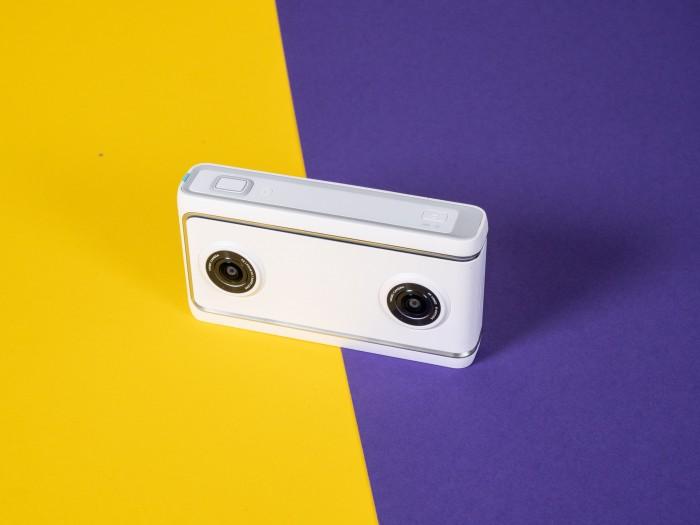 Die Kamera ist winzig und hat zwei 180-Grad-Objektive. (Bild: Martin Wolf/Golem.de)